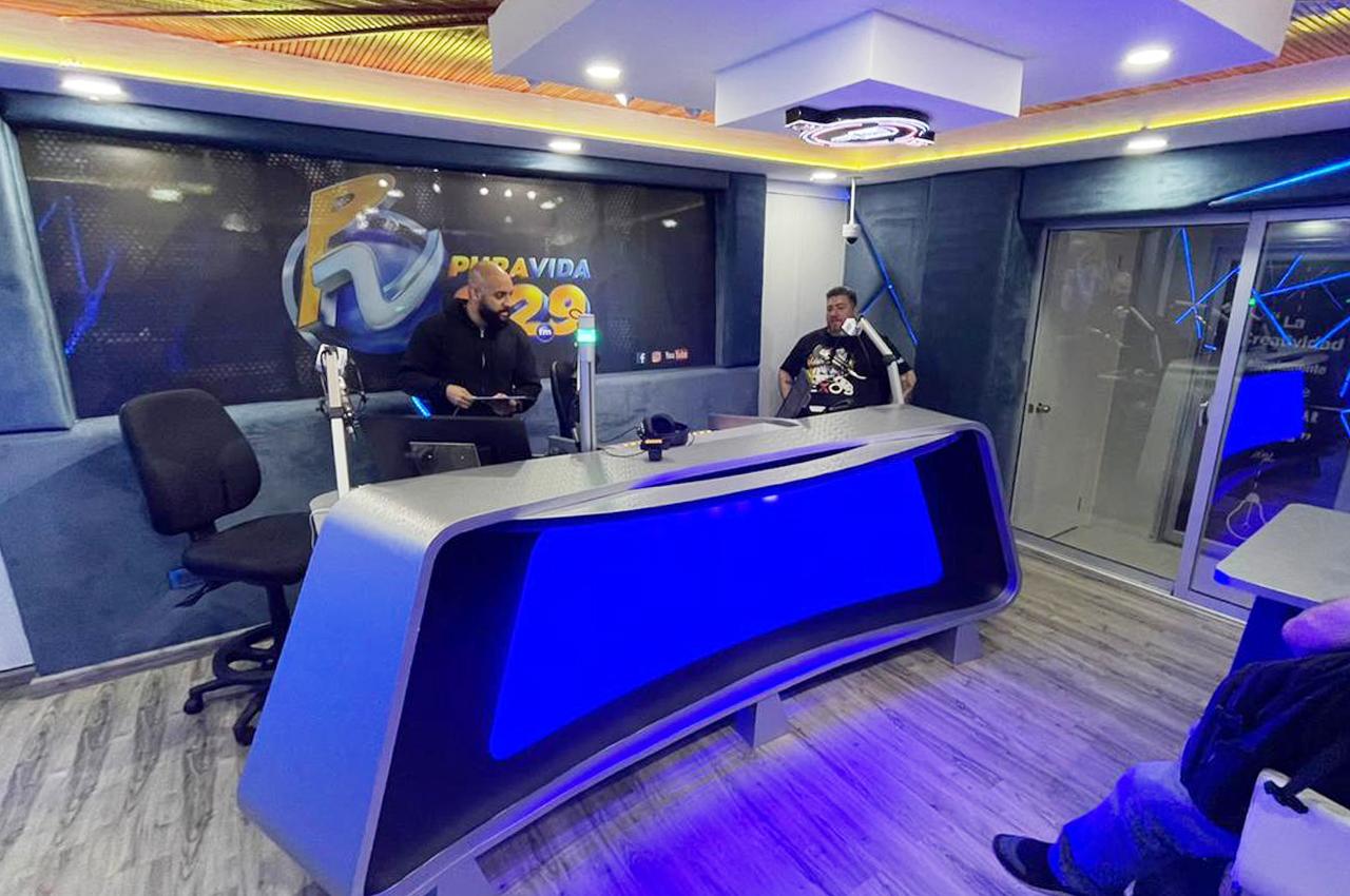 Javier y equipo en FM Pura Vida.