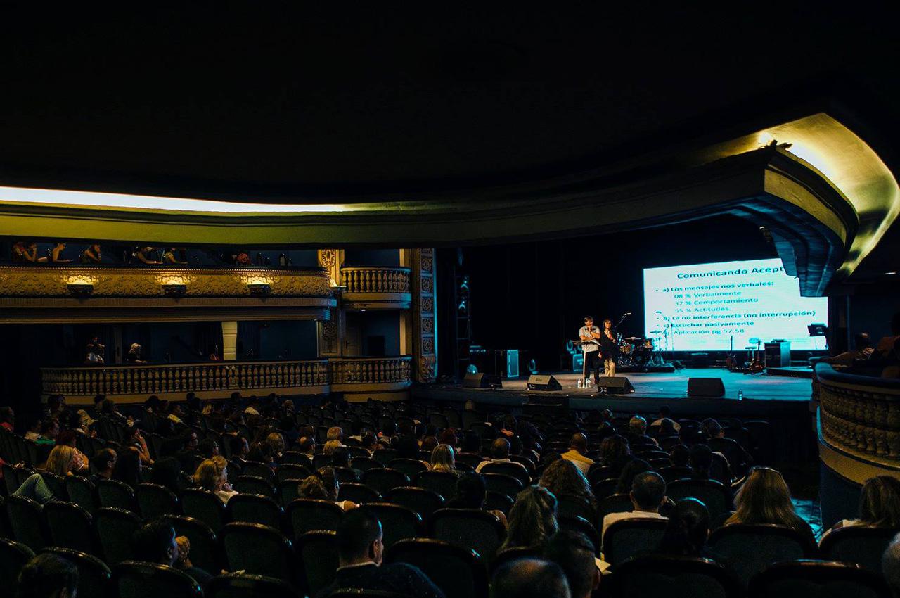 Imponente pantalla de Nexos 7x3 P5 en evento en Alicante, España.